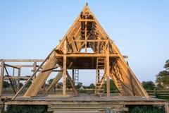 Edificio residencial del marco de madera bajo construcción imagen de archivo libre de regalías