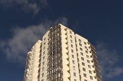 Edificio residencial moderno contra el cielo azul con las nubes Fotos de archivo