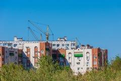 Edificio residencial moderno en una ciudad grande Imagenes de archivo