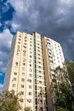 Edificio residencial moderno en una ciudad grande Imagen de archivo libre de regalías