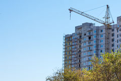Edificio residencial moderno en una ciudad grande Foto de archivo libre de regalías