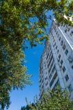 Edificio residencial moderno en una ciudad grande Fotografía de archivo libre de regalías