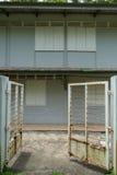 Edificio residencial tailandés con las puertas Fotos de archivo libres de regalías