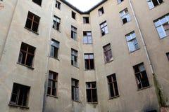 Edificio residencial vacante y abandonado fotografía de archivo