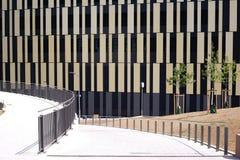 Edificio residencial y comercial moderno Imagenes de archivo