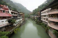 Edificio residencial y del negocio viejo construido a lo largo del lado a River Valley en Wulai, Taiwán fotos de archivo libres de regalías