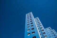 Edificio residenziale blu con il bello fondo del cielo blu fotografia stock libera da diritti