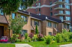 Edificio residenziale con i balconi e la casa urbana Fotografia Stock