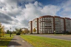 Edificio residenziale della costruzione sovietica sulla via della città Case residenziali Fotografie Stock Libere da Diritti
