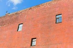 Edificio residenziale della parete refrattaria del muro di mattoni a St Petersburg fotografia stock libera da diritti