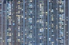 Edificio residenziale di alto aumento alla notte Fotografia Stock