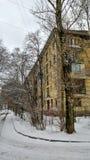 edificio residenziale di Cinque-storia nell'inverno Fotografie Stock Libere da Diritti