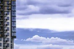 Edificio residenziale di Multystoried contro il fondo Fotografia Stock
