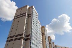 Edificio residenziale Multistorey in un giorno soleggiato luminoso Immagine Stock Libera da Diritti