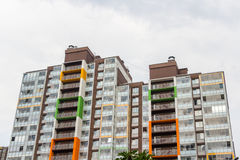 Edificio residenziale Multistorey in un giorno soleggiato luminoso Immagini Stock Libere da Diritti