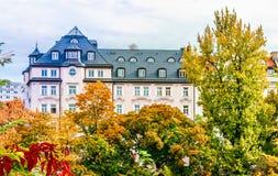 Edificio residenziale storico prima degli alberi del colorfull in autunno nella città di Monaco di Baviera Immagine Stock