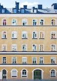 Edificio residenziale svedese intonacato a rustico giallo classico Fotografie Stock Libere da Diritti