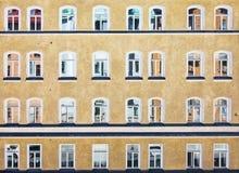 Edificio residenziale svedese intonacato a rustico giallo classico Immagine Stock Libera da Diritti