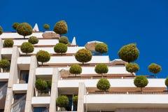 Edificio respetuoso del medio ambiente con los árboles Fotografía de archivo libre de regalías