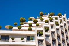 Edificio respetuoso del medio ambiente con los árboles anaranjados Imagen de archivo