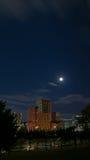 Edificio rojo debajo del cielo nocturno de la Luna Llena Fotografía de archivo libre de regalías