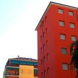 Edificio rojo en Milán Fotos de archivo libres de regalías