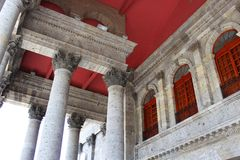 Edificio rojo y blanco Imágenes de archivo libres de regalías