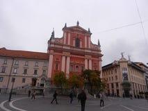 Edificio rojo y blanco en Eslovenia imagen de archivo