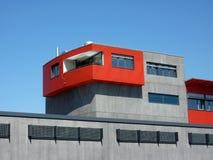 Edificio rojo y gris imagenes de archivo