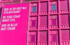Edificio rosado moderno con la cartelera en el centro de Groninga Foto de archivo libre de regalías