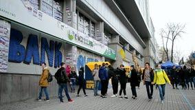 Edificio ruso bloqueado por los activistas, Kiev, Ucrania de sede del banco de ahorros de Sberbank Rossii, metrajes