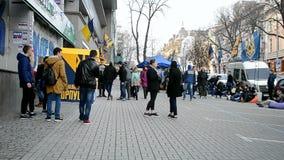 Edificio ruso bloqueado por los activistas, Kiev, Ucrania de sede del banco de ahorros de Sberbank Rossii, almacen de metraje de vídeo