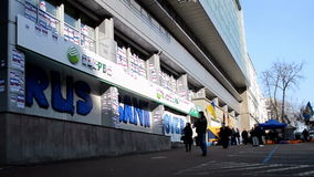 Edificio ruso bloqueado por los activistas, Kiev, Ucrania de sede del banco de ahorros de Sberbank Rossii, almacen de video
