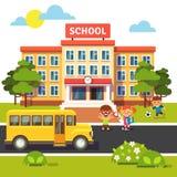 Edificio scolastico, bus con i bambini degli studenti Immagine Stock