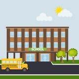 Edificio scolastico con lo scuolabus illustrazione di stock