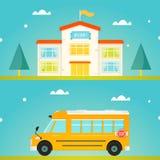 Edificio scolastico variopinto con il segno positivo Scuolabus giallo moderno Immagine Stock Libera da Diritti
