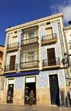 Edificio singular con una fachada tejada, Caceres, Extremadura, España Foto de archivo libre de regalías