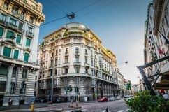 Edificio típico viejo con los balcones en el centro de Milán, Italia fotografía de archivo