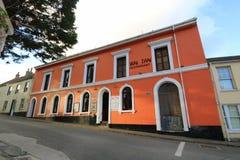Edificio tailandés pintado naranja del restaurante imagenes de archivo