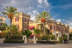 Edificio tradicional agradable en La Valeta con las palmeras - Malta Foto de archivo libre de regalías