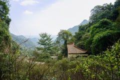 Edificio tradicional chino envejecido en montaña el día soleado fotografía de archivo libre de regalías