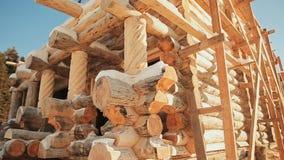 Edificio Unterminated Albañilería canadiense del ángulo Estilo canadiense Casa de madera hecha de registros almacen de metraje de vídeo