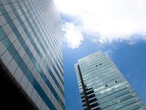 Edificio urbano con el cielo nublado Imagen de archivo libre de regalías