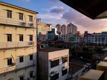 Edificio urbano rápido en el cielo de la tarde fotos de archivo