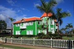 Edificio verde brillantemente pintado de la tablilla Imágenes de archivo libres de regalías