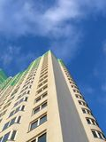 edificio verde, cielo azul, éxito de asunto Fotografía de archivo libre de regalías