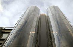 Edificio vidrioso moderno en el cielo imagenes de archivo