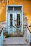 Edificio viejo abandonado con la puerta principal encadenada decaída imagen de archivo libre de regalías