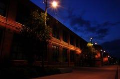 Edificio viejo aligerado por las luces de calle fotos de archivo