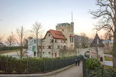 Edificio viejo cerca de la fortaleza de Hohensalzburg Foto de archivo